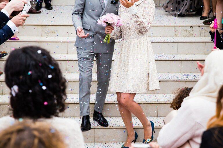 Idziesz z partnerem na wesele? Oto wskazówki, jak się ubrać