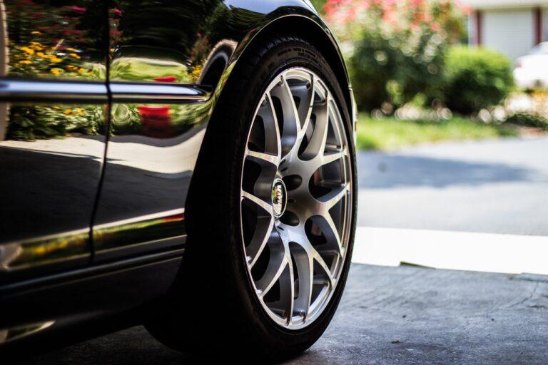 Jak sprawdzić zużycie opon w samochodzie?